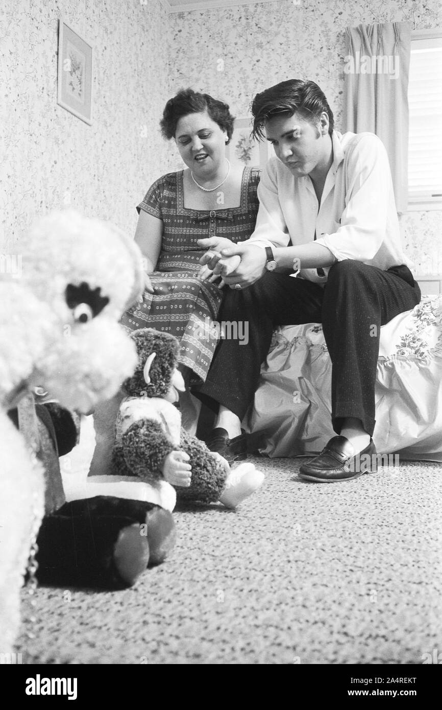 Elvis Presley with his mother Gladys at home, with teddy bears, at 1034 Audubon Drive, Memphis, Tennessee, May 29, 1956 Stock Photo