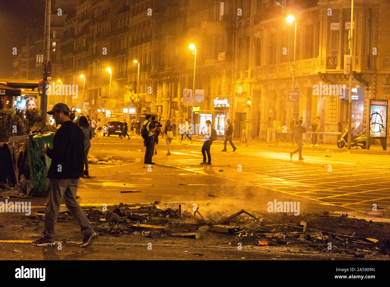 Barcelona, Spain - October 18, 2019:  Smoke and barricades on the main square of Barcelona during the protest against the imprisonment of the Catalan leaders Credit: Dino Geromella/Alamy Live News Stock Photo