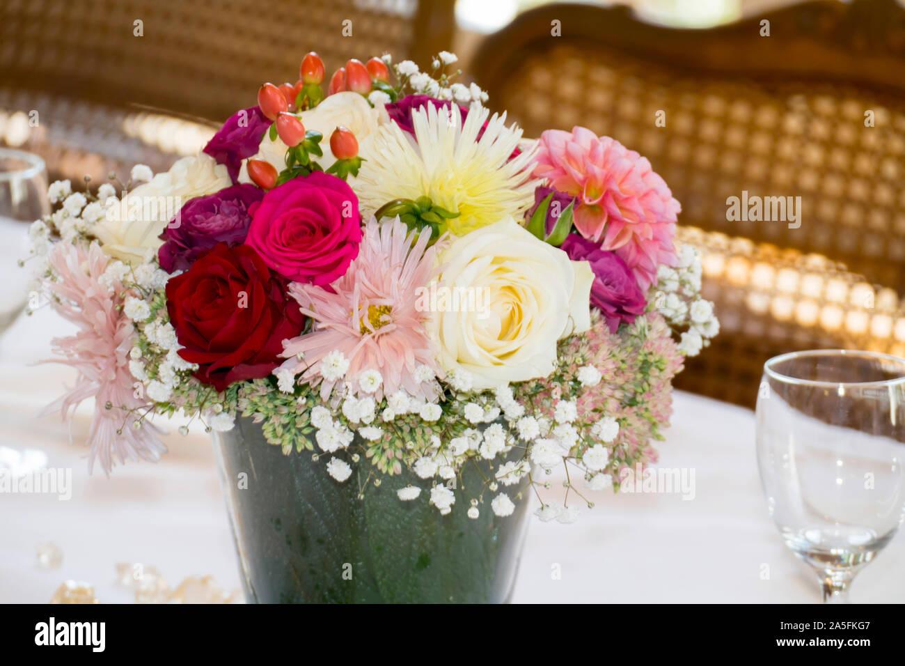 Blumenstrauß mit Rosen und Wiesenblumen festlich arrangiert Stock Photo