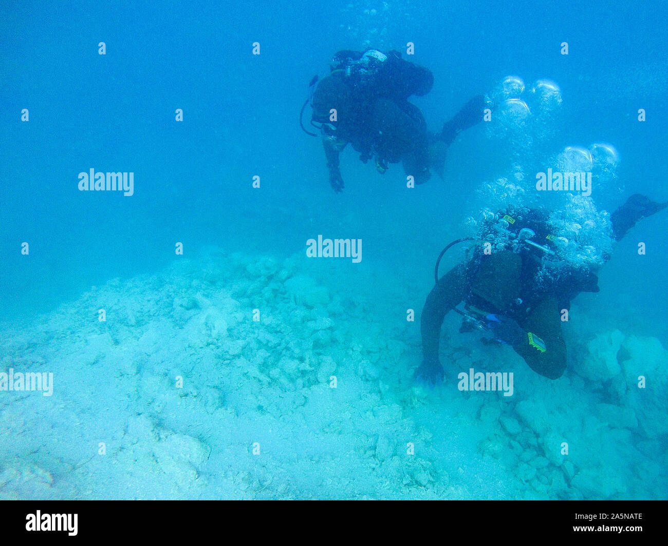 191020-N-SS432-0071  PACIFIC OCEAN (Oct. 20, 2019) Sailors assigned to Underwater Construction Team Two (UCT 2) Construction Dive Detachment /Bravo (CDD/B) survey the site on an obstruction in a channel at the Sapwauhfik Atoll in the Federated States of Micronesia on Oct. 20, 2019 in support of Triggerfish 2019. Triggerfish is a U.S. Third Fleet-led mission that employs expeditionary forces to conduct hydrographic surveys and clear hazards to navigation in the Federated States of Micronesia in order to ensure a free and open Indo-Pacific. (U.S. Navy photo by Mass Communication Specialist 2nd C Stock Photo