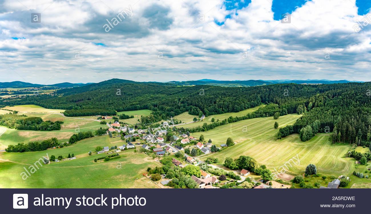 Luftaufnahme von Wäldern, Wiesen, Straßen, Dörfern und einer Hauptstraße mit fahrenden Autos und LKW Stock Photo