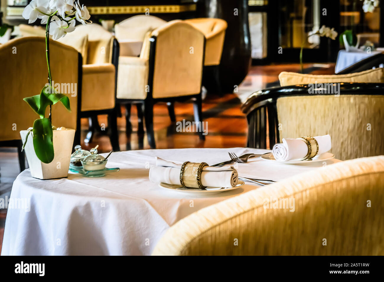 Beautiful Restaurant With White Linen Table Cloths White Linen Napkins And Mother Of Pearl Napkin Holders Stock Photo Alamy