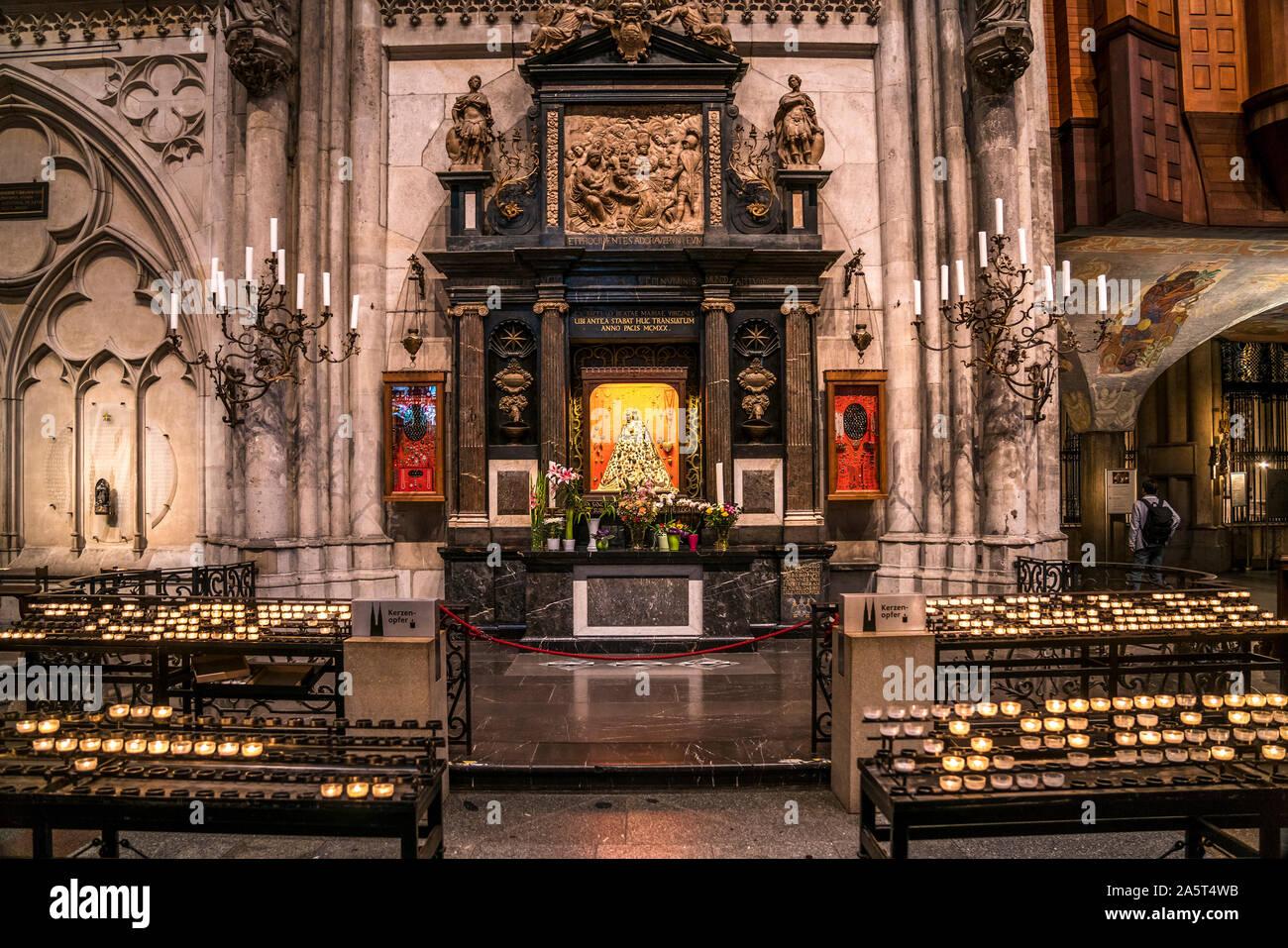 Dreikonigenaltar Mit Der Schmuckmadonna Im Innenraum Des Kolner Dom Koln Nordrhein Westfalen Deutschland Magi Altar Or Altar Of The Three Holy Stock Photo Alamy