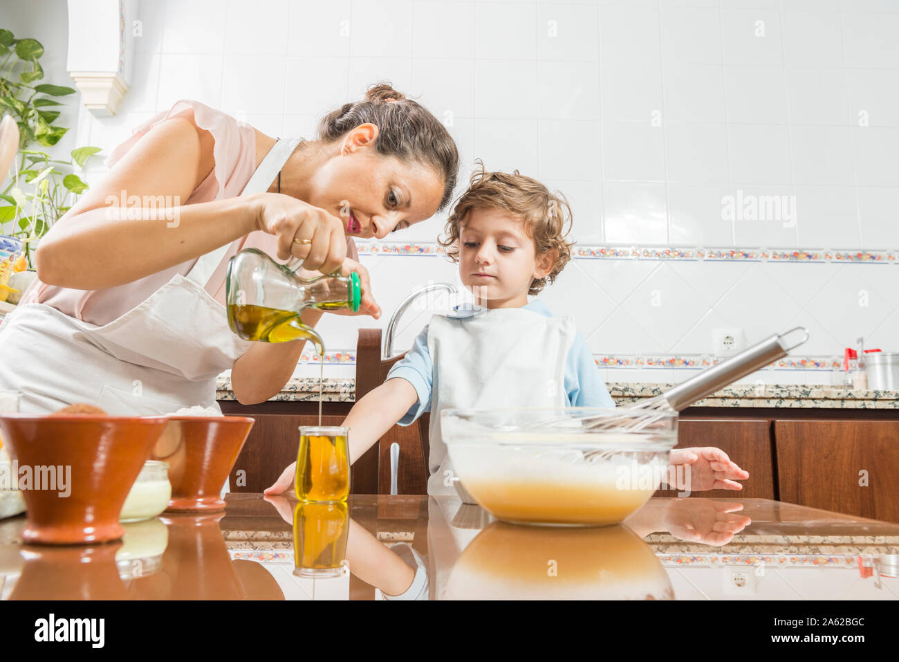 https://c8.alamy.com/comp/2A62BGC/a-woman-and-a-child-cooking-a-homemade-sponge-cake-together-2A62BGC.jpg