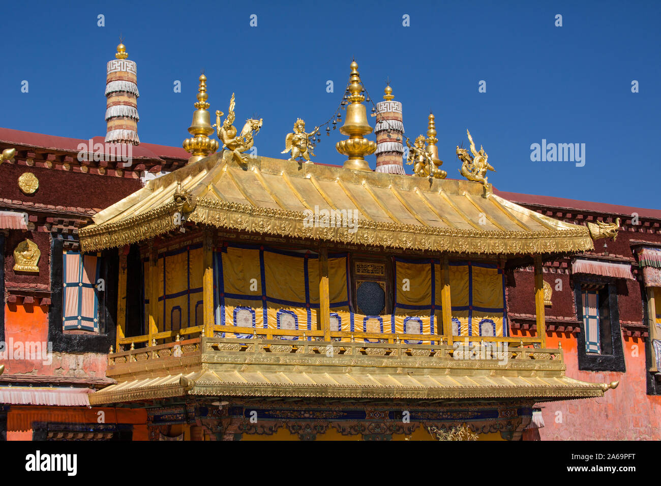 Architectural detail, statues and the gilt roof of the Jokhang Buddhist temple in Lhasa, the holiest temple Tibet.  A UNESCO World Heritage Site. Stock Photo