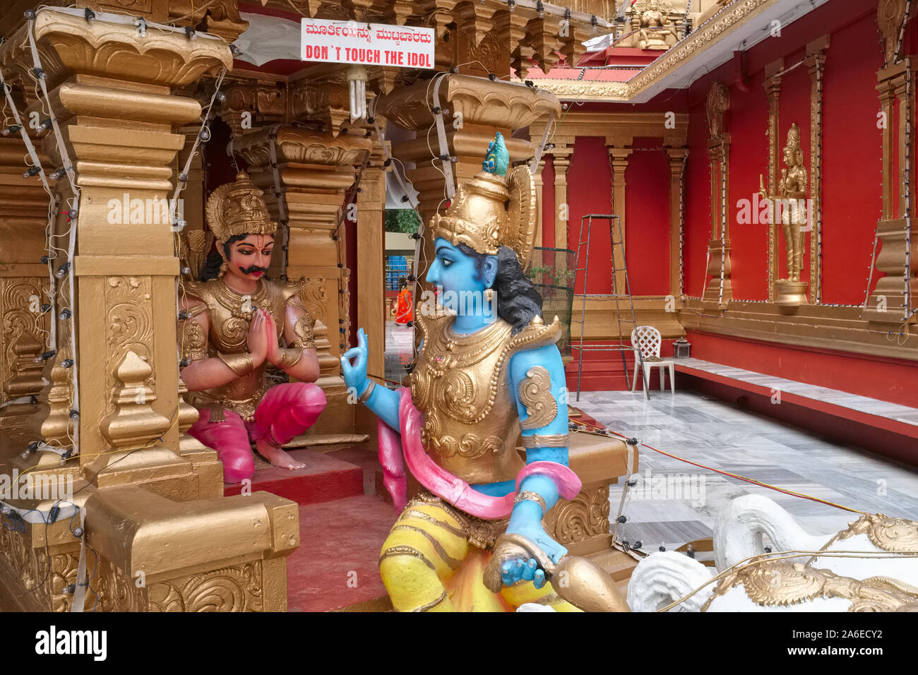 a scene from the bhagavad gita krishna instructing charioteer arjuna a replica set up in gokarnanatheshwara temple kudroli mangalore india 2A6ECY2