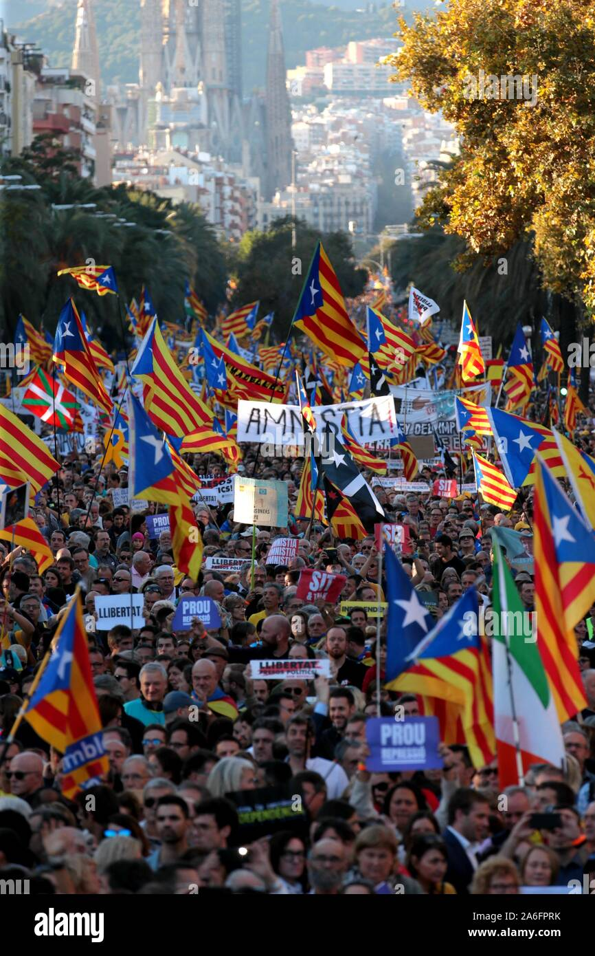 """Barcelona, Spain. 26th Oct, 2019. Barcelona, ??Catalunya, Spain, 26/10/2019.- """"Freedom"""" is the word with which they name the demonstration of thousands of Catalans in Barcelona and demanding the freedom of political prisoners and the independence of Catalonia.Credit: Juan Carlos Rojas/Picture Alliance 