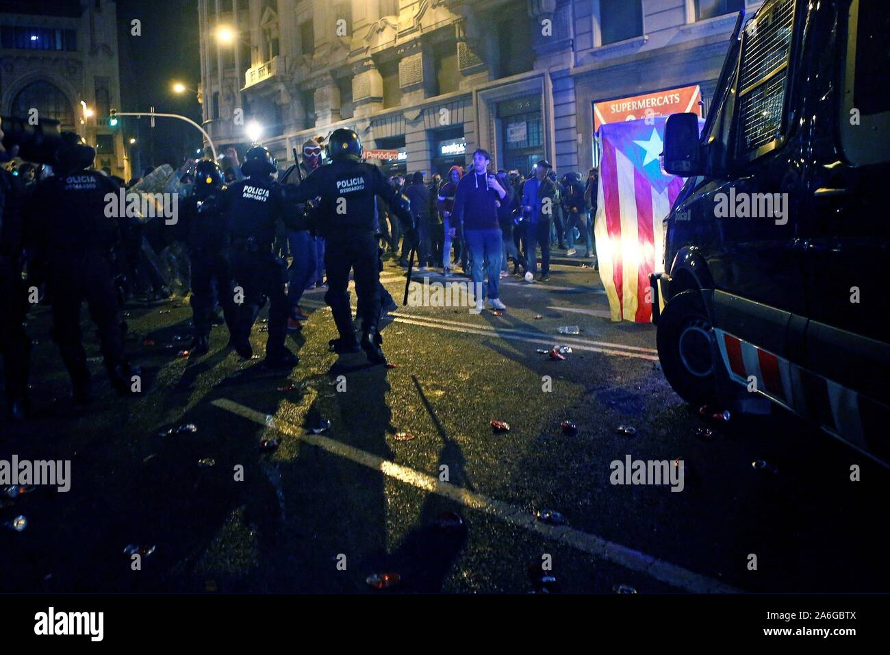 Barcelona, Spain. 26th Oct, 2019. Protesters clash with riot police members during a protest in Barcelona, Spain, 26 October 2019. Catalonia region in Spain is witnessing massive demonstrations and riots against the Supreme Court ruling of prison terms against the Catalan political leaders accused of organizing the Catalan illegal referendum held in October 2017. EFE/ALEJANDRO GARCIA Credit: EFE News Agency/Alamy Live News Stock Photo