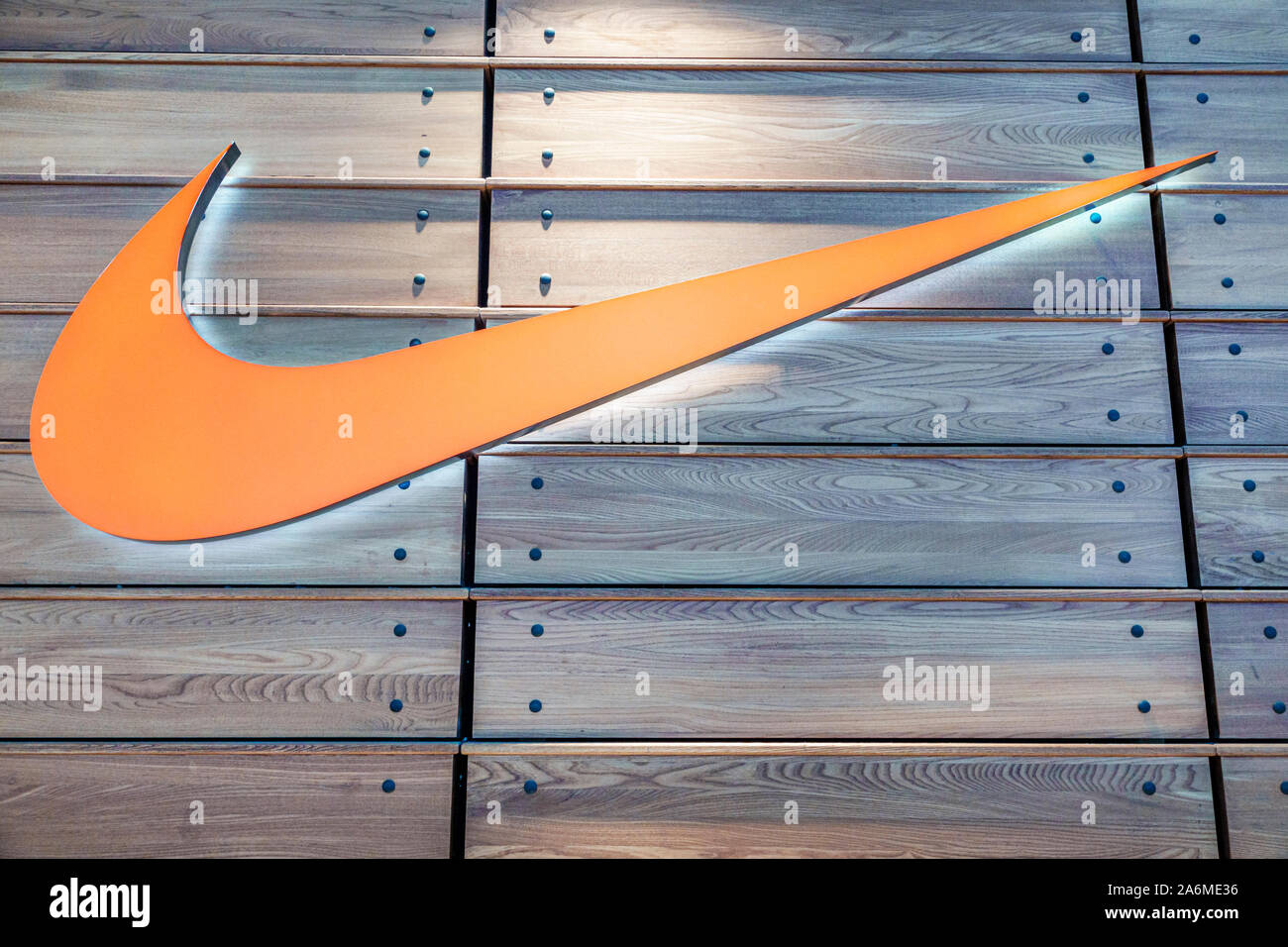 Loco En todo el mundo golf  Spain Barcelona Catalonia Catalunya Les Corts L'illa Diagonal shopping mall  Nike store sporting athletic footwear clothes apparel window display Swoos  Stock Photo - Alamy
