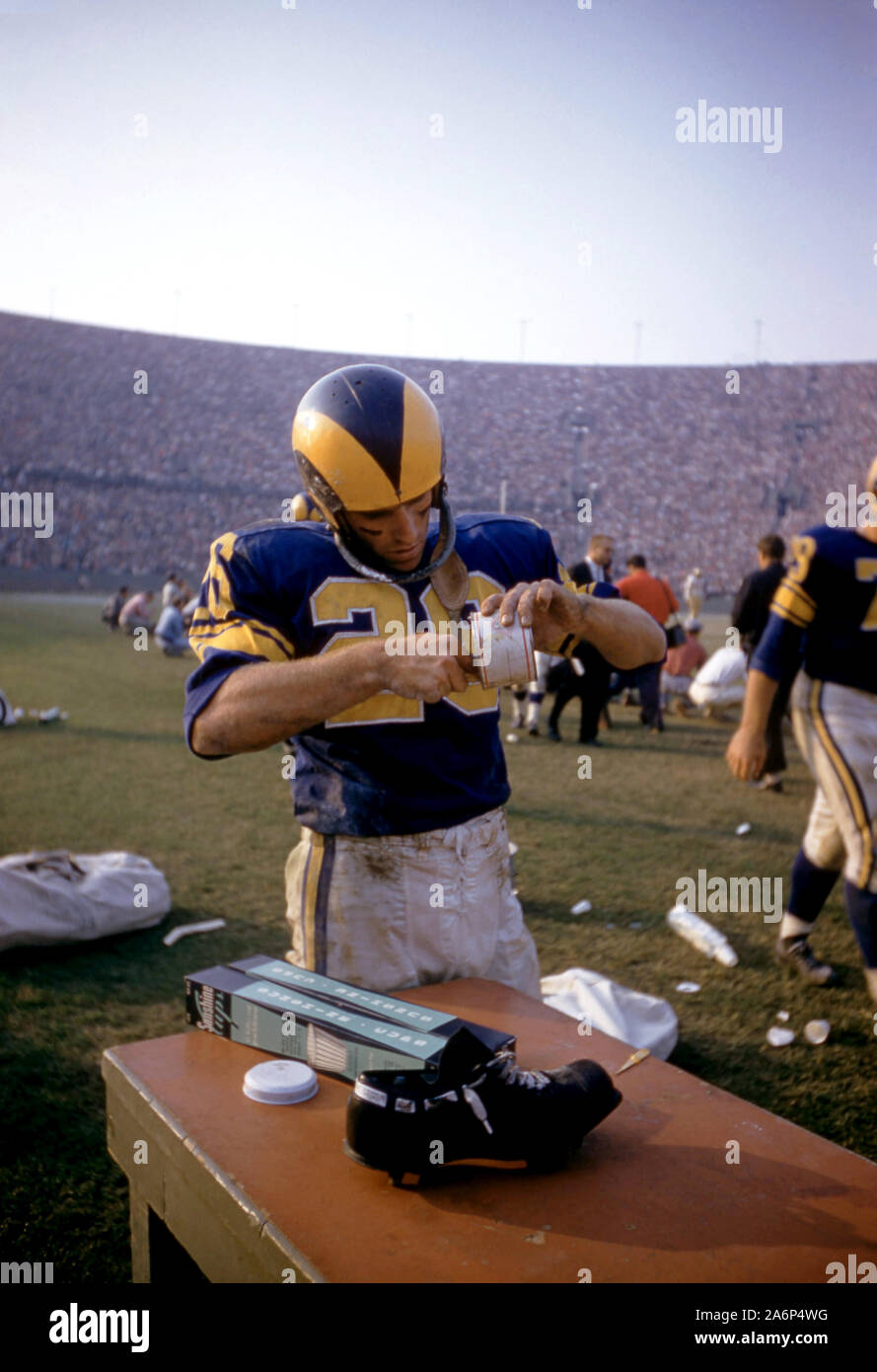 LOS ANGELES, CA - NOVEMBER 10:  Jon Arnett #26 of the Los Angeles Rams prepares on the sidelines during an NFL game against the San Francisco 49ers on November 10, 1957 at the Los Angeles Memorial Coliseum in Los Angeles, California.   (Photo by Hy Peskin) Stock Photo