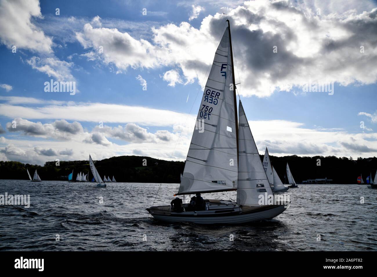 Auf dem Essener Baldeneysee sind, bei windigem Wetter,  viele Segler unterwegs. Stock Photo