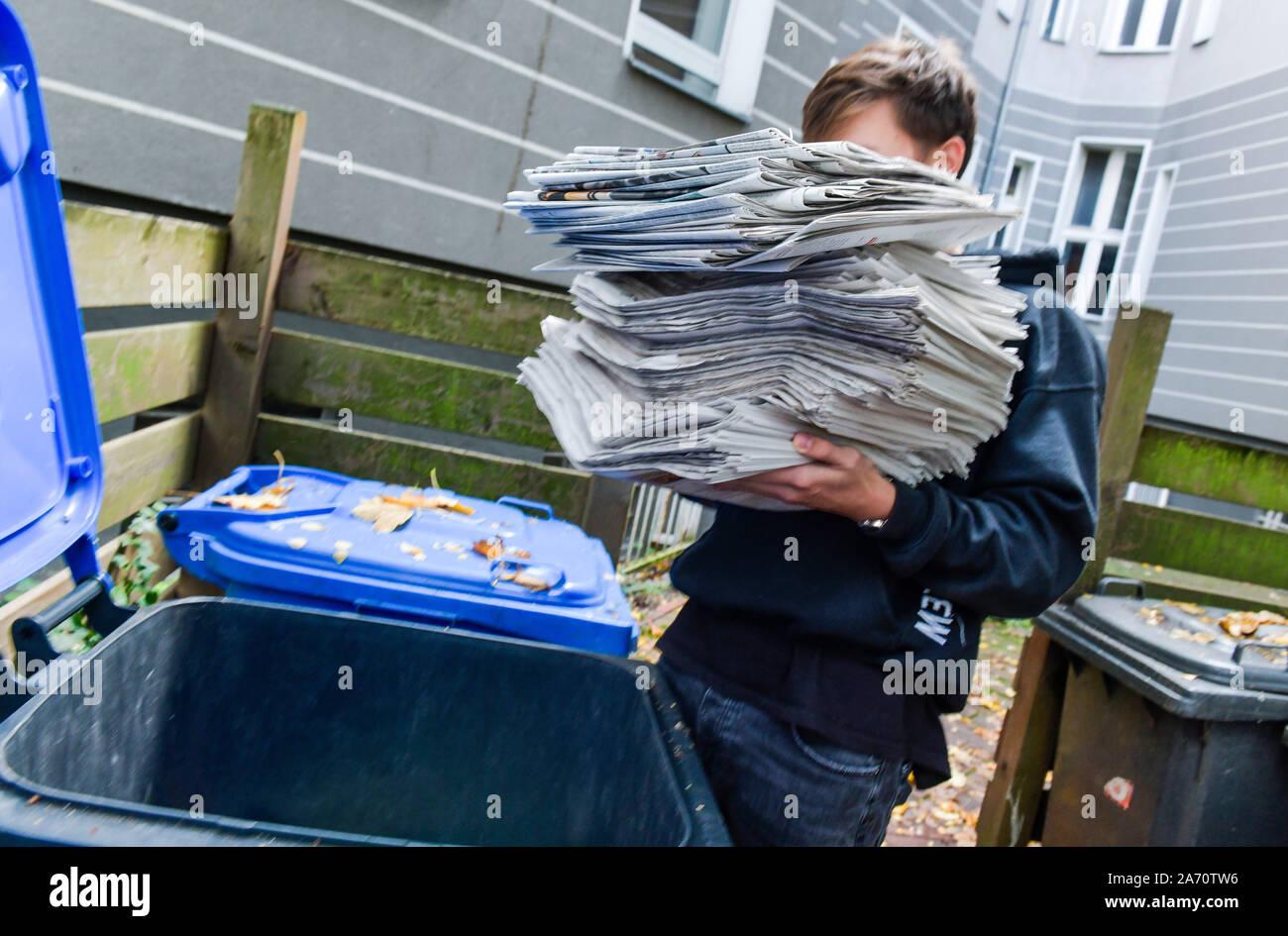 Zeitungen, Entsorgung, Altpapiertonne Stock Photo
