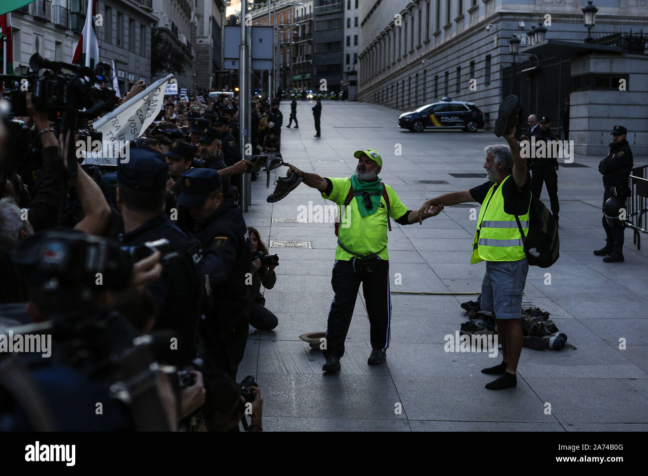 Madrid, Spain. 15th Oct, 2019. Protesters leaving their shoes in front of the Spanish Parliament after walking hundreds of kilometres during the demonstration.Thousands of people gathered at Puerta del Sol to protest against precariousness and low pensions for elder people. Marches from Bilbao (northern Spain) and Rota (southern Spain) met at the country's capital to protest in front of Spanish Parliament. Credit: Guillermo Santos/SOPA Images/ZUMA Wire/Alamy Live News Stock Photo