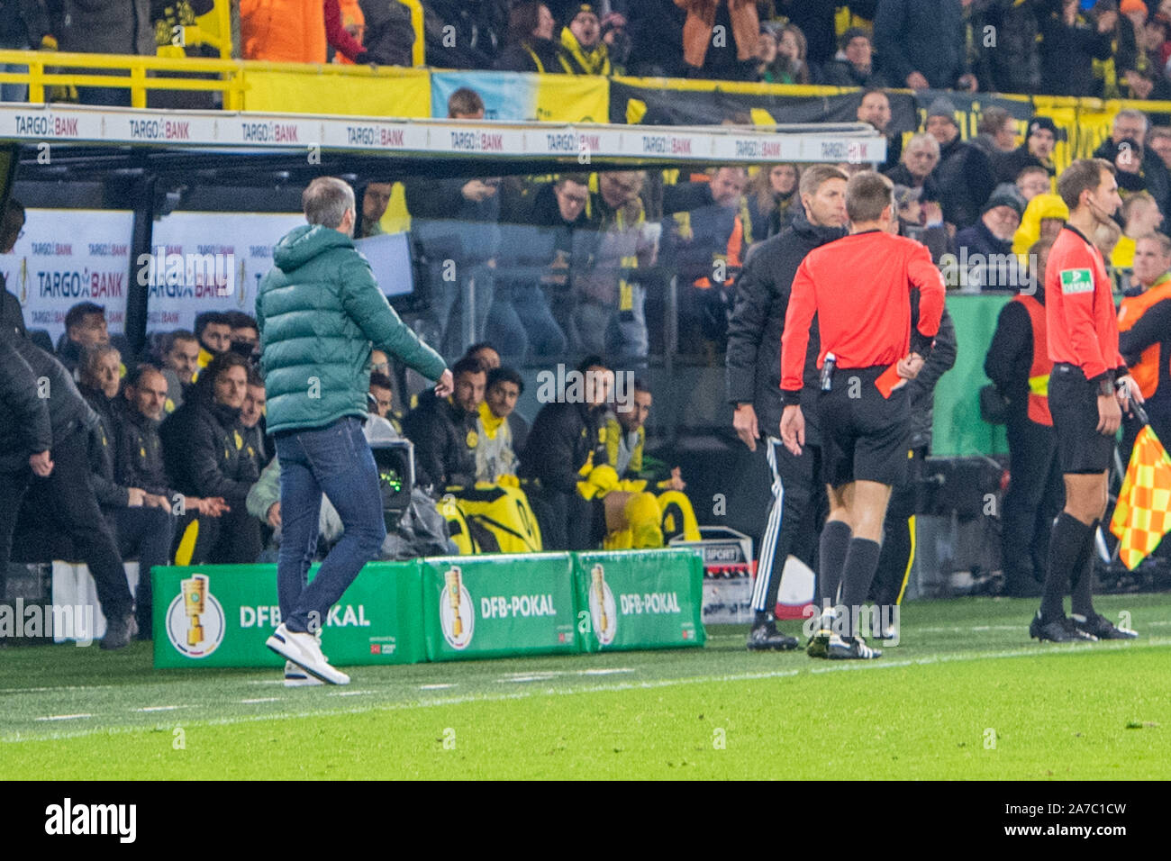 referee Benjamin CORTIUS shows coach Marco ROSE (left, MG) the red card, red, dismissal, football, DFB Pokal, 2nd round, Borussia Dortmund (DO) - Borussia Monchengladbach (MG) 2: 1, on 30.10.2019 in Dortmund/Germany. | Usage worldwide Stock Photo