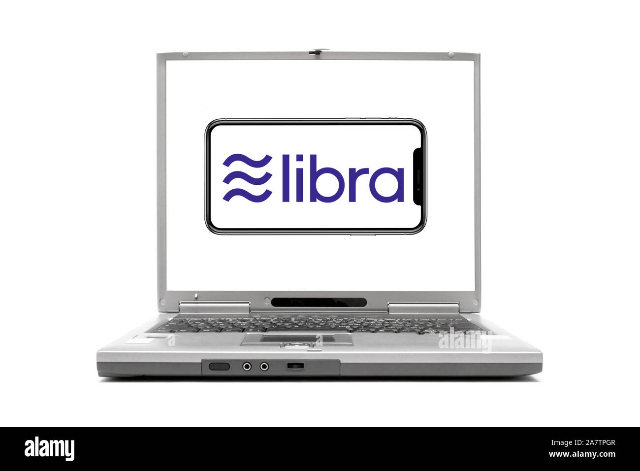 Laptop zeigt Handy mit geplanter Kryptowährung Libra, Facebook, Stock Photo