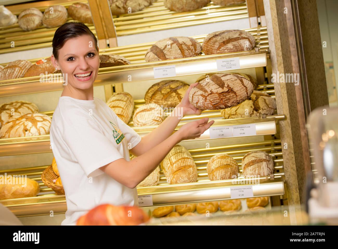 Angestellte in der Bäckerei, Junge Frau verkauft Backwaren, Brotregal, Brot, Stock Photo