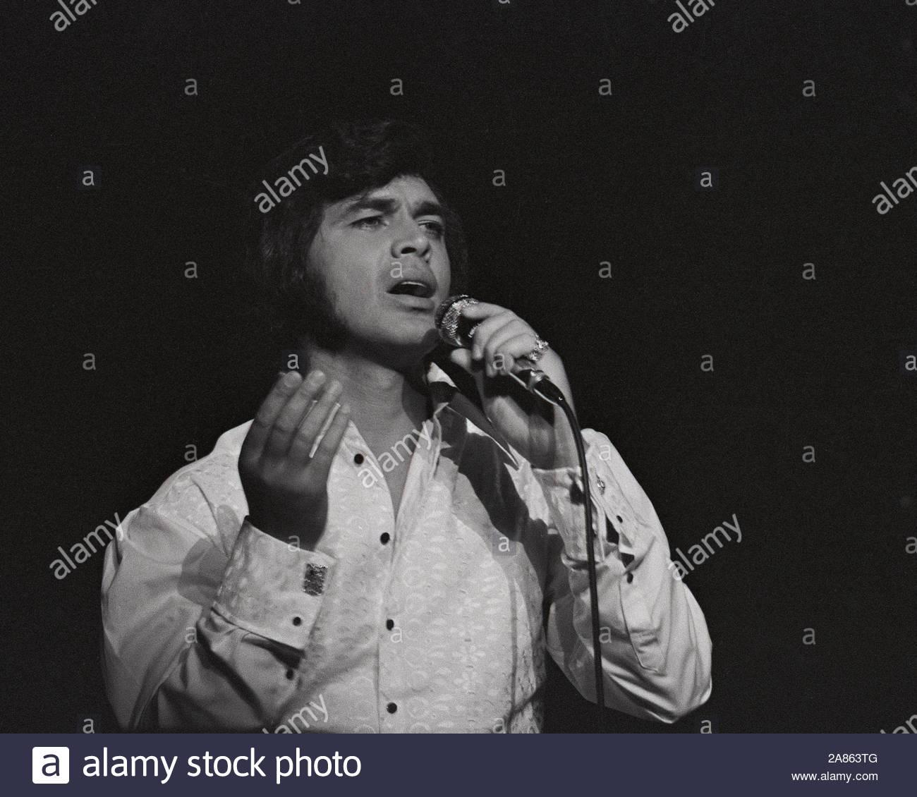 1971 Singer ENGELBERT HUMPERDINCK ARIE CROWN THEATER Photo 022 Opening Night