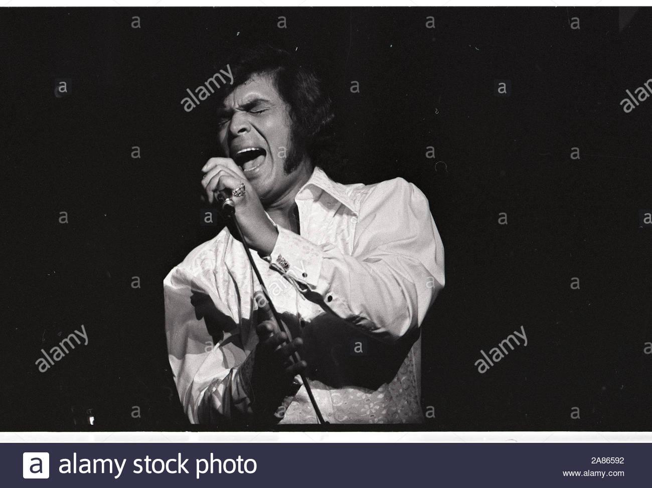 ARIE CROWN THEATER Photo 022 Opening Night 1971 Singer ENGELBERT HUMPERDINCK