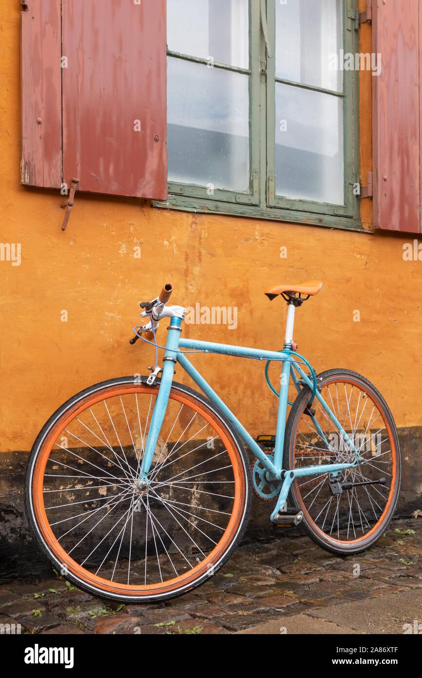 Fahrrad vor einem alten Haus in Kopenhagen im Stadtteil Østervold | Bicycle in front of an old house in Copenhagen in the district Østervold | [ © Gui Stock Photo