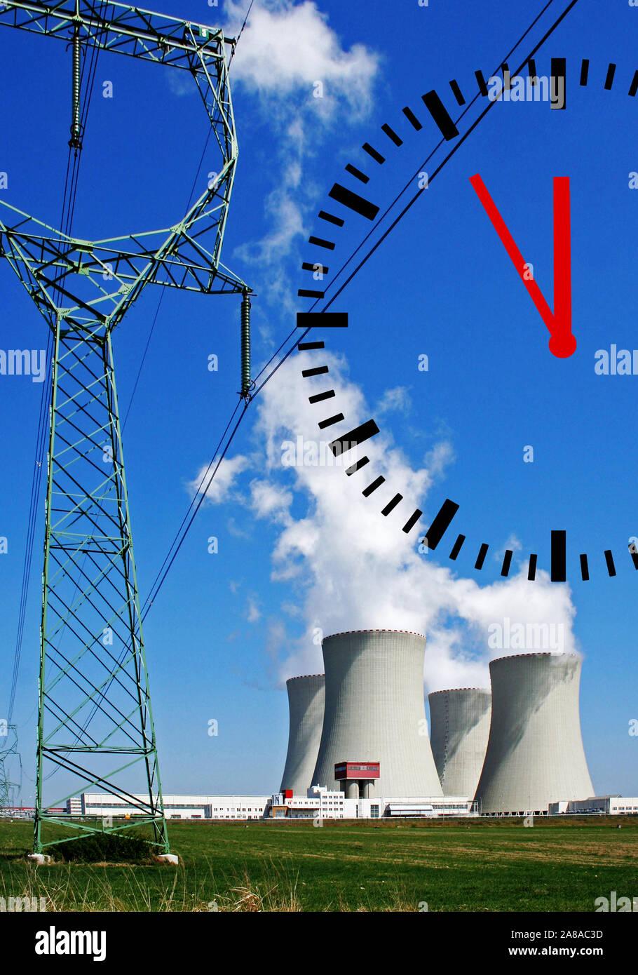 Kraftwerk, CO2-Ausstoss, Klimasteuer, CO2-Steuer, Umweltsteuer, Emissionssteuer, Kernkraftwerk, Uhr zeigt 5 vor 12, Klimawandel, Stock Photo
