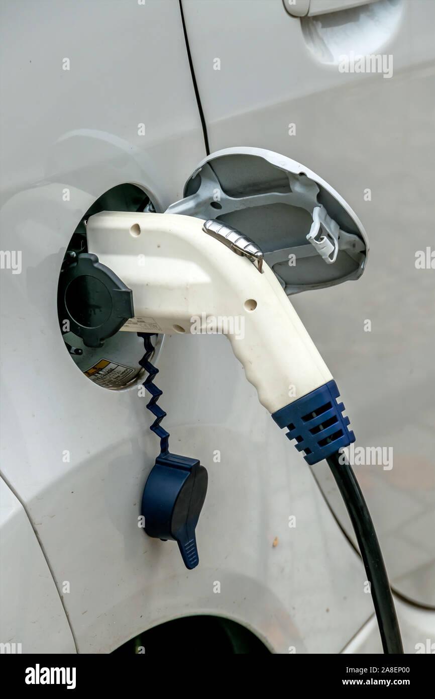 Elektroauto an Ladestation. Symbol für Ökologie, Klimaschutz, Innovation, E-Auto, E-Autos, Stock Photo