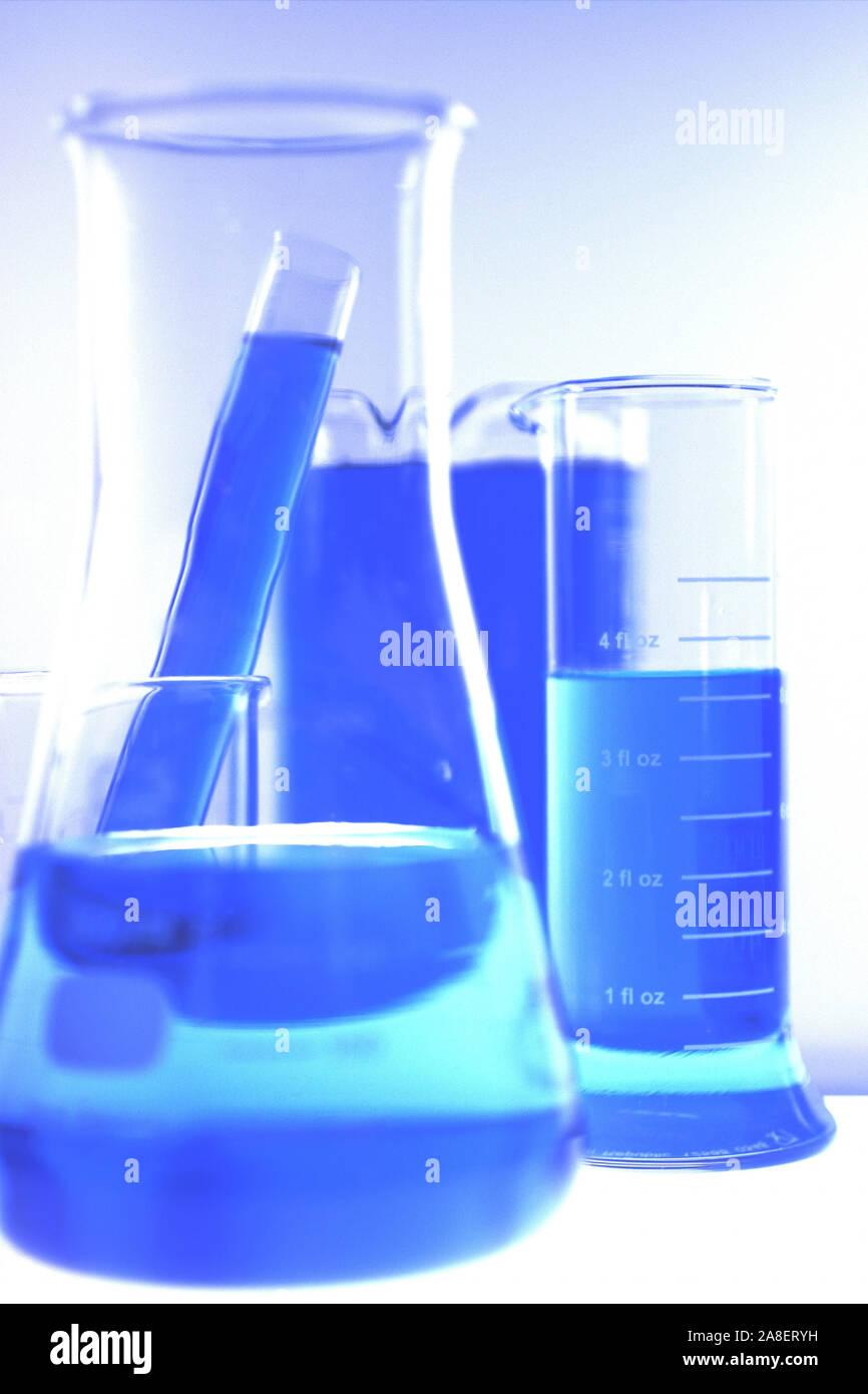 Laborgläser mit blauer Flüssigkeit Stock Photo