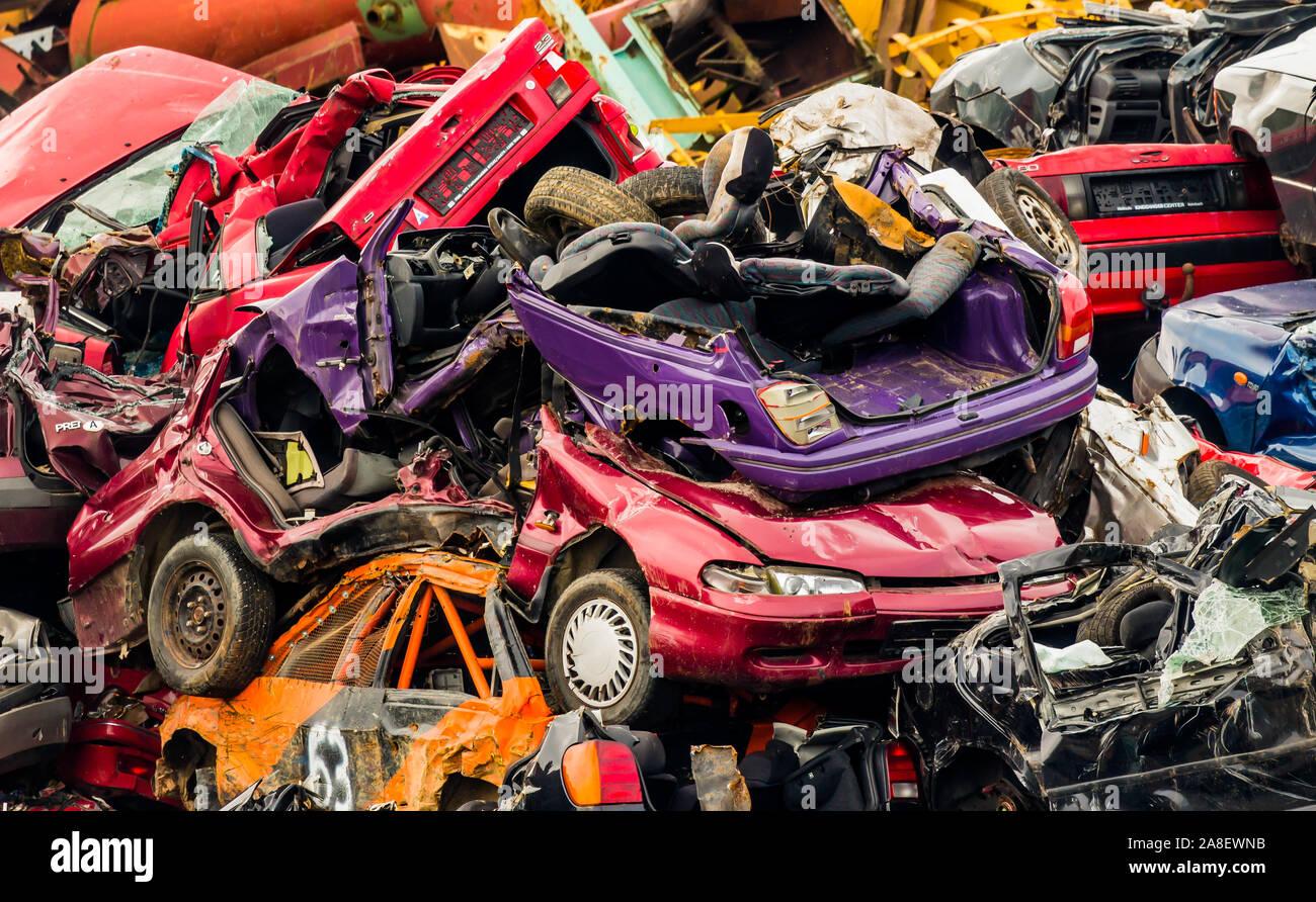 Alte gestapelte Autos auf einem Schrottplatz, Abwrackprämie, Wertstoffe, Recycling, Verwertung, Stahlschmelze, Auto, PKW, Entsorgung, Stock Photo