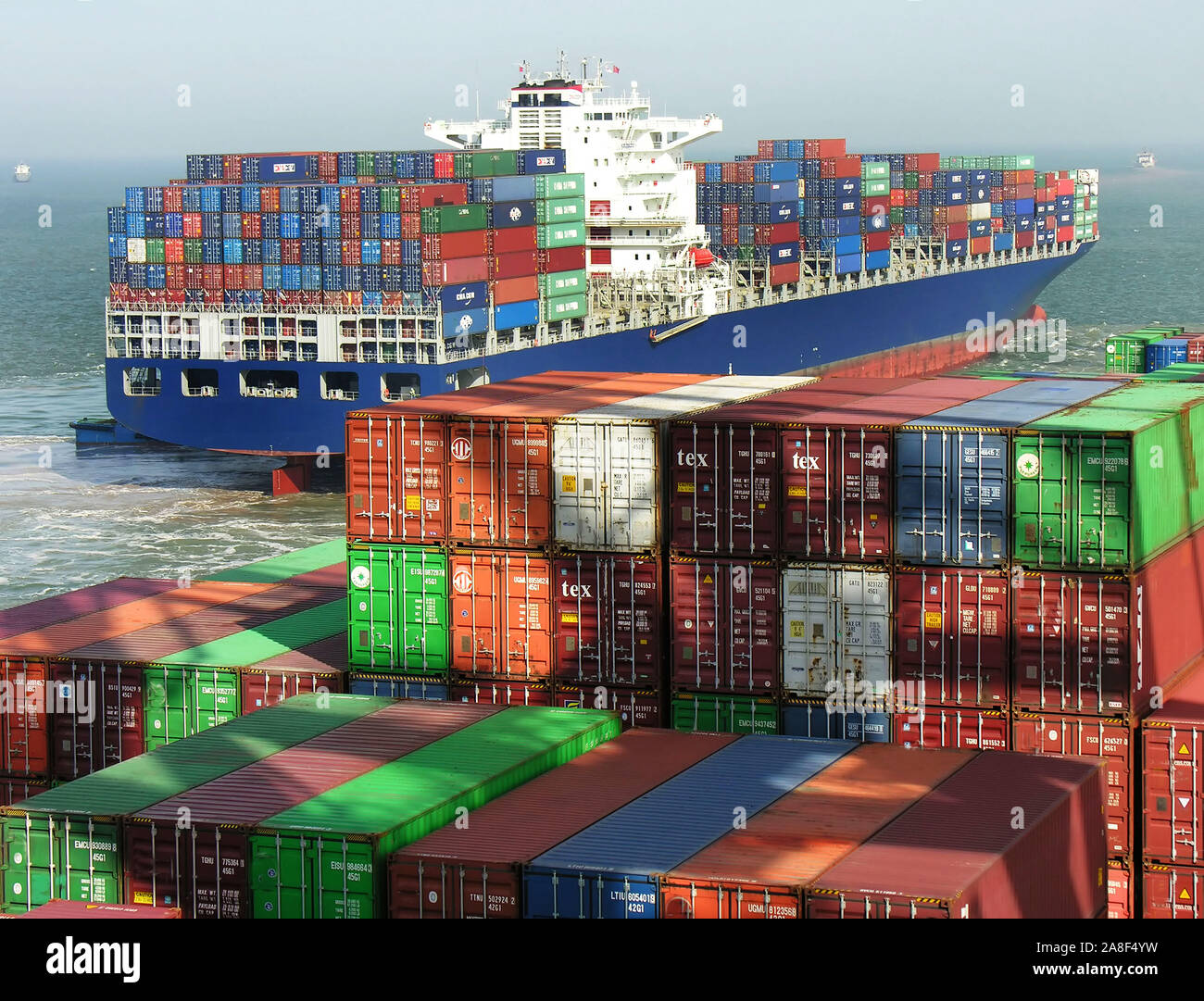 Containerhafen in Asien, China, Shanghai, Containerschiff, Container, Stock Photo