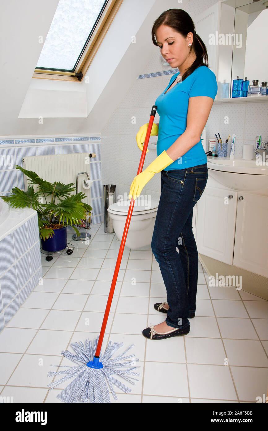 Junge frau putzt das Badezimmer, Wischmob, 25, 30, Jahre, MR: Yes Stock Photo