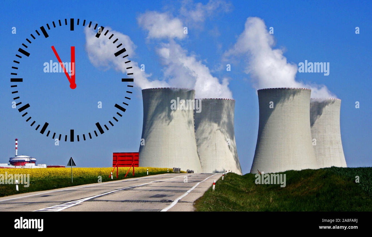 Kraftwerk, CO2-Ausstoss, Klimasteuer, CO2-Steuer, Umweltsteuer, Emissionssteuer, Kernkraftwerk, Erderwärmung, Klimawandel, Uhr zeigt 5 vor 12, Stock Photo