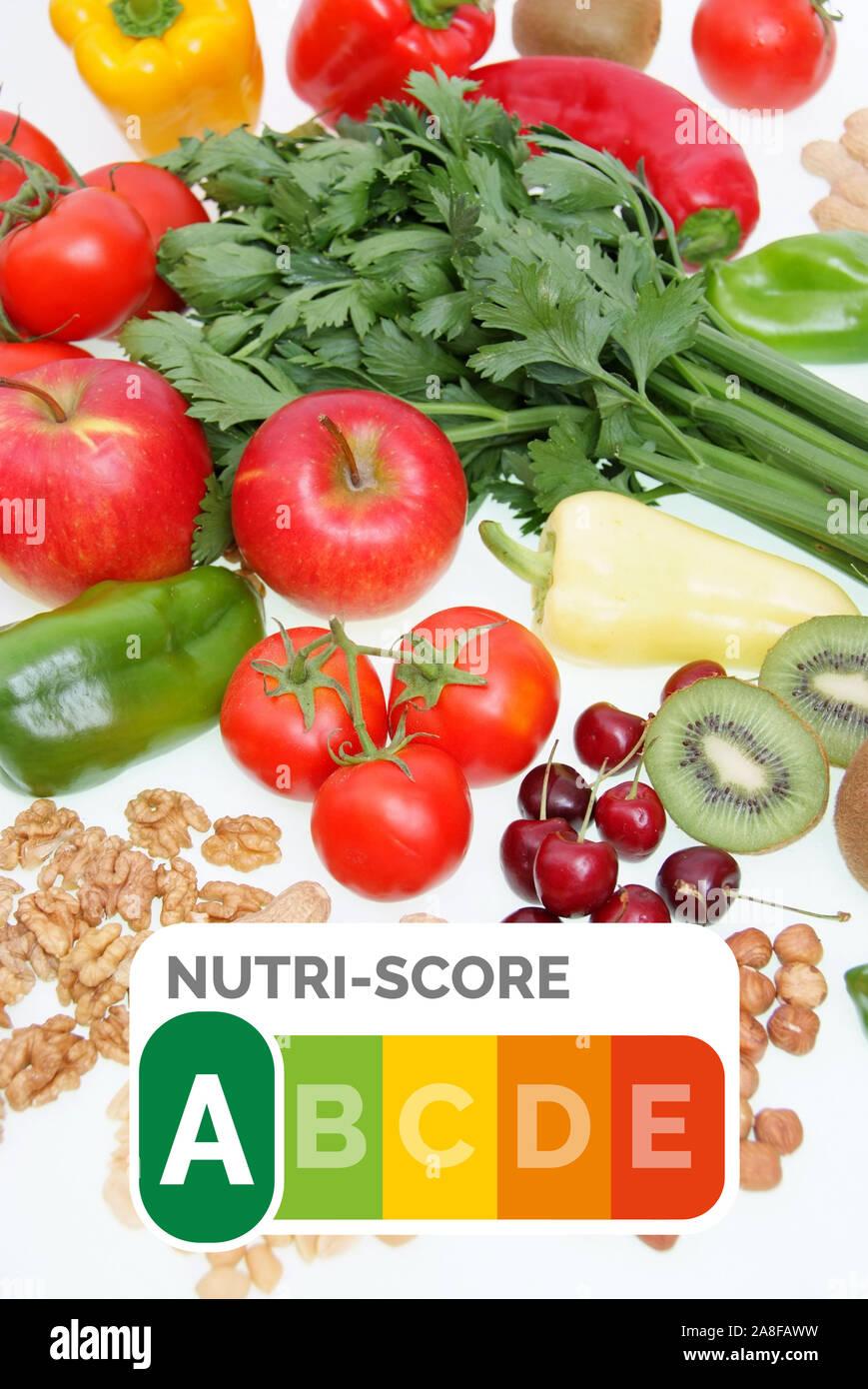 Symbolfoto gesunde Ernährung, Obst, Gemüse, Nüsse, Kirschen, Erdnüsse, Paproka, Tomaten, Rettich, Walnüsse, Kiwi, Apfel, Nutri-Score Siegel, Nährwertq Stock Photo