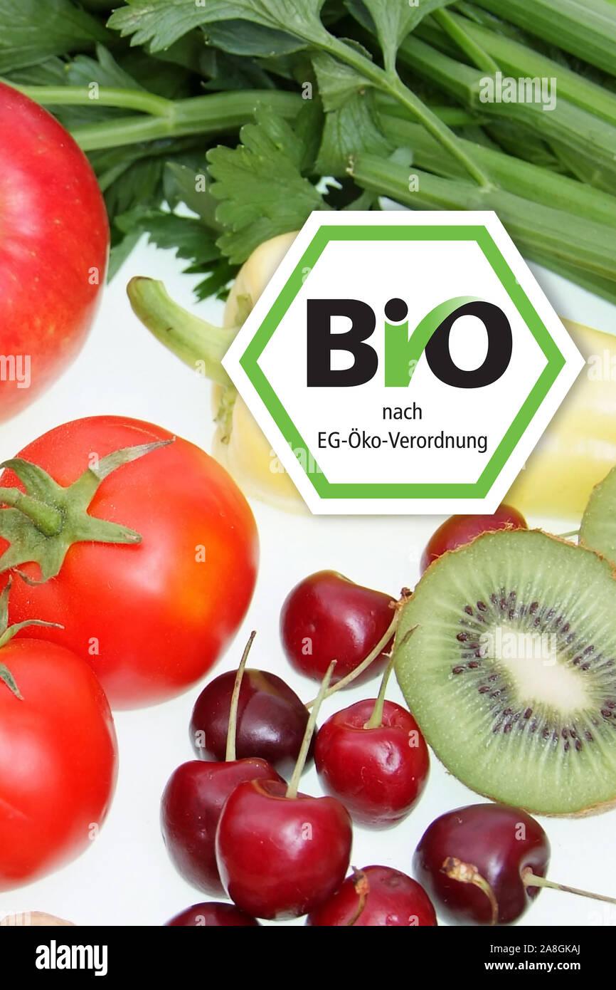 Symbolfoto gesunde Ernährung, Obst, Gemüse, Nüsse, Kirschen, Erdnüsse, Paproka, Tomaten, Rettich, Walnüsse, Kiwi, Apfel, BIO; Siegel, Bio-Siegel,  Näh Stock Photo