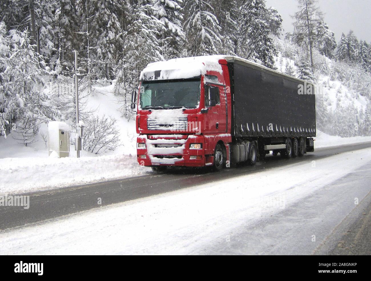 LKW auf einer Landstrasse im Winter, Schnee, Glatteis, Stock Photo