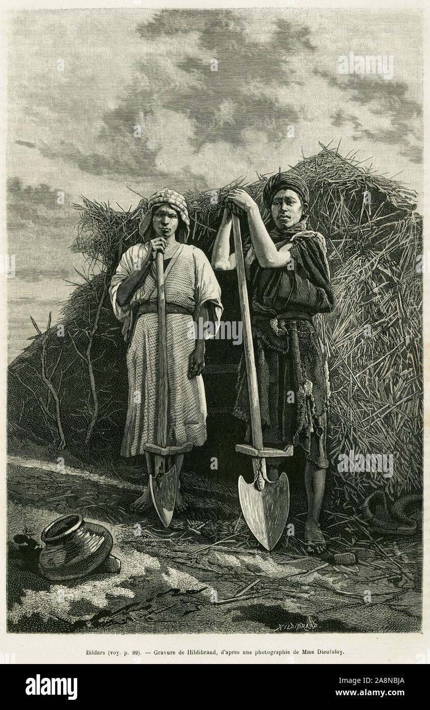 Les bildars, possesseurs d'une beche, charges de creuser les rigoles d'egouttement des champs de ble de la region du Karoun. Gravure pour illustrer le Stock Photo
