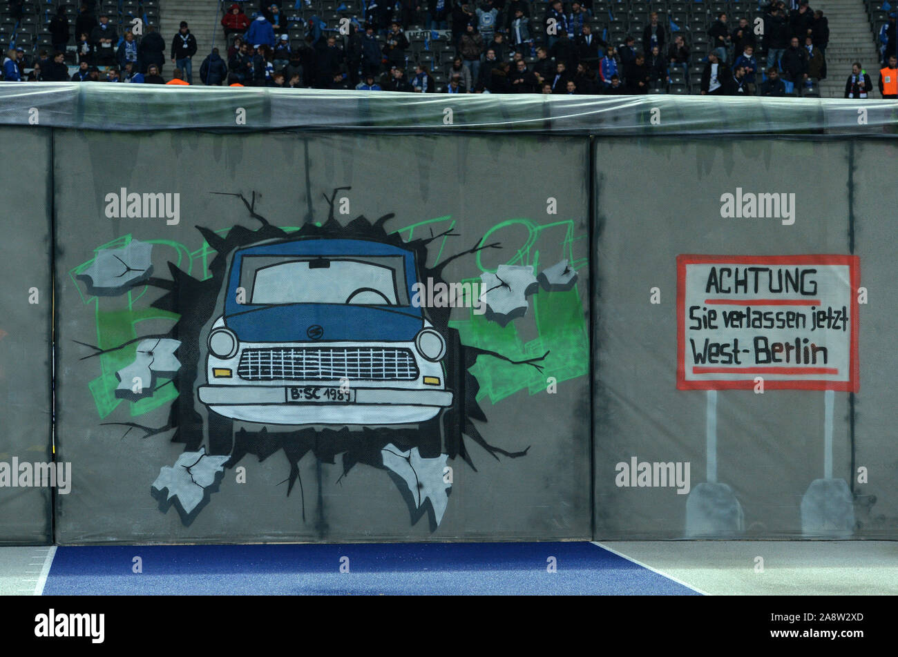 Berlin, Deutschland. 09th Nov, 2019. Afterburn of the Berlin Wall, 30 Years Fall of the Berlin Wall, Trabi/Trabant Breaks the Wall, Berlin History, Football 1. Bundesliga, 11th matchday, Hertha BSC Berlin (B) - RB Leipzig (L) 2: 4, on 09.11.2019 in Berlin/Germany. vǬ | usage worldwide Credit: dpa/Alamy Live News Stock Photo