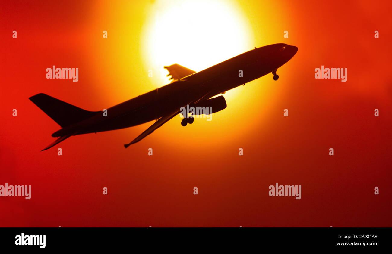 Symbolbild Flugzeug vor Sonnenuntergang, Reisen, Urlaub, Flugreise, Stock Photo