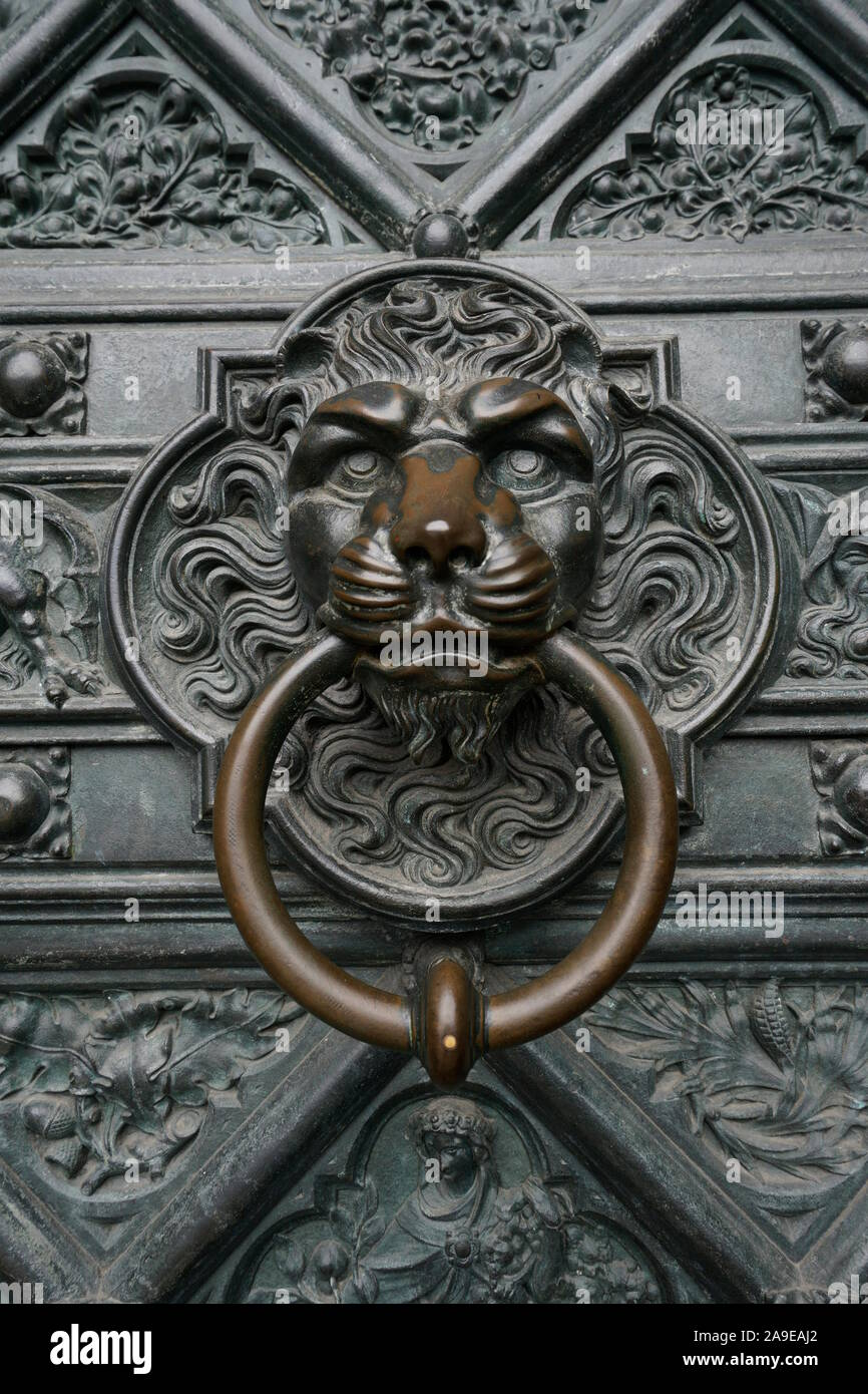 Germany, North Rhine-Westphalia, Cologne, Cologne Cathedral, page portal, doorknocker with lion head Stock Photo