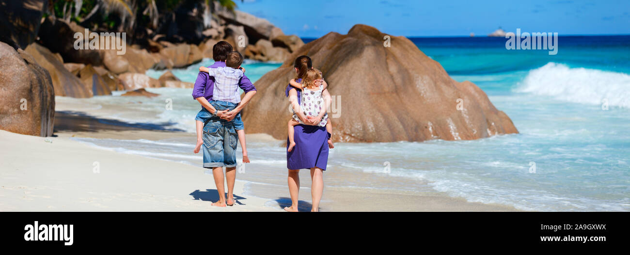 Familie am Strand, Seychellen, Indischer Ozean Stock Photo