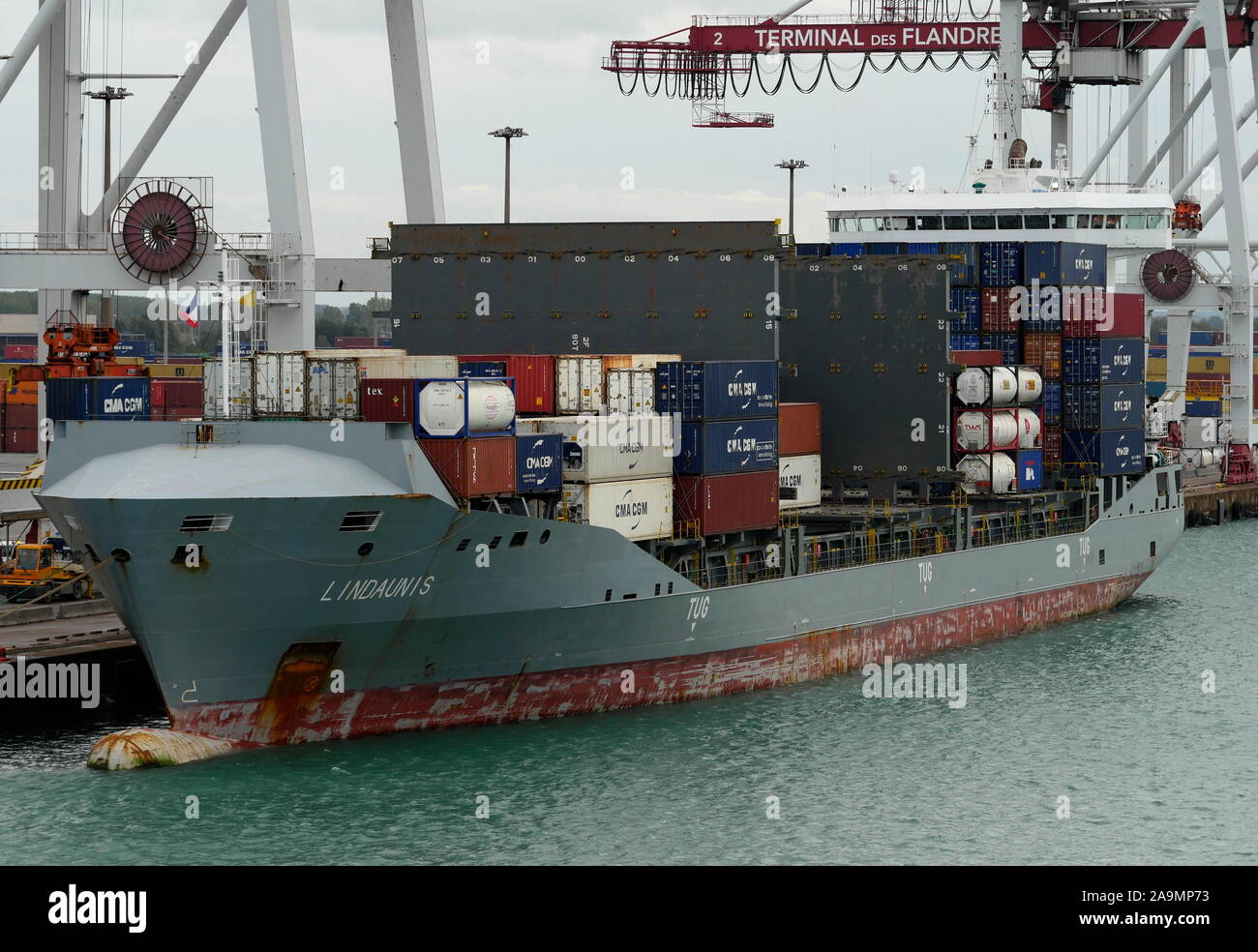 AJAXNETPHOTO. 15TH OCTOBER, 2019. DUNKERQUE, FRANCE. - LOADING CONTAINERS - THE SHORT HAUL COASTAL TRADER LINDAUNIS (10,585 GT) MOORED AT THE CONTAINER TERMINAL.PHOTO:JONATHAN EASTLAND/AJAX REF:GX8 191510 20919 Stock Photo