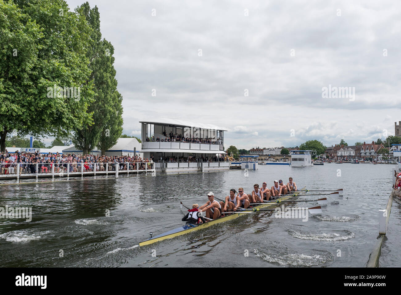 Henley-on-Thames. United Kingdom.  Ladies Challenge Cup, Brown University USA, passing the progress board, during their winning heat to progress to Sat's Semi Final. 2017 Henley Royal Regatta, Henley Reach, River Thames.     15:06:15  Friday  30/06/2017     [Mandatory Credit. Peter SPURRIER/Intersport Images. Stock Photo