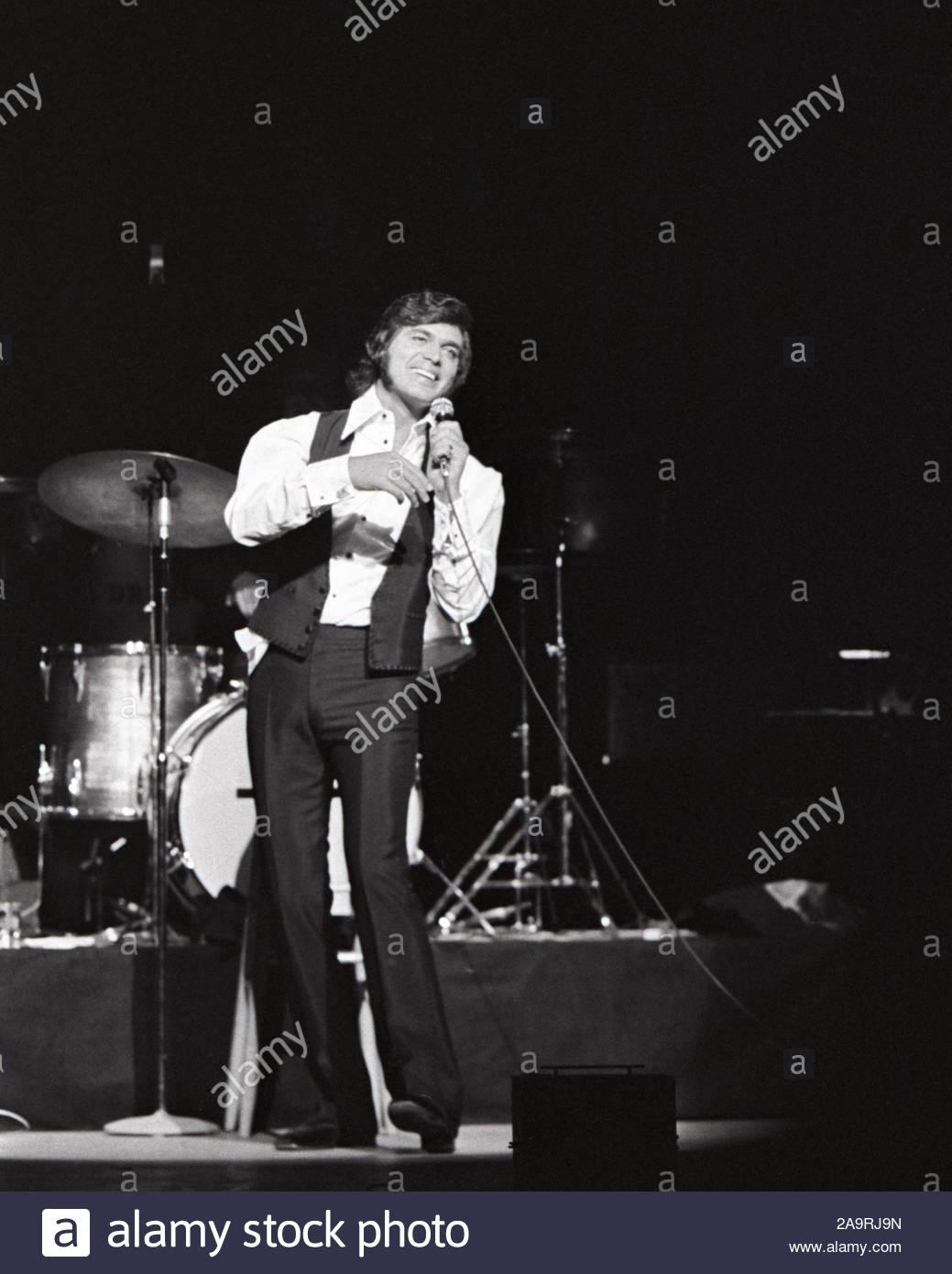 Opening Night ARIE CROWN THEATER Photo 015 1971 Singer ENGELBERT HUMPERDINCK