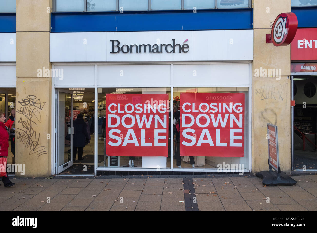 """Branch of discount clothing retailer Bonmarche with large """"closing down sale"""" posters in window.The company has gone into administration. Stock Photo"""