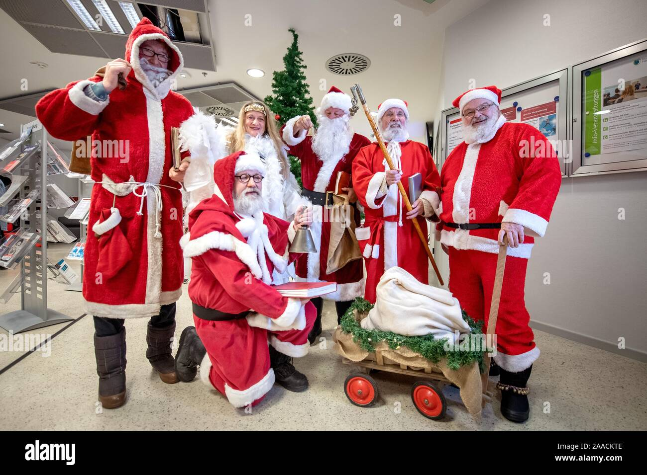 Hanover Germany 21st Nov 2019 Santa Clauses And An Angel Present Themselves At A Press Conference