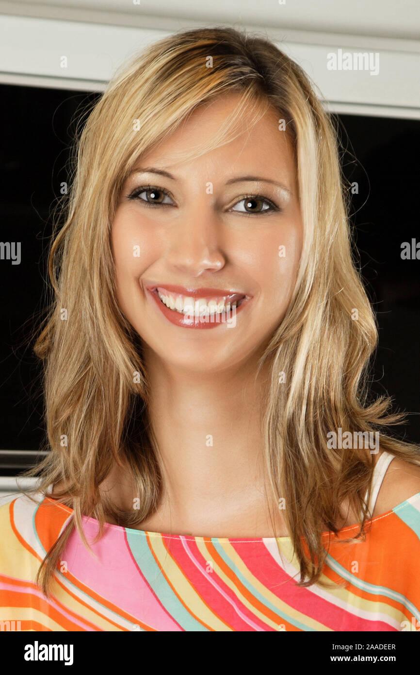 Junge Blonde Frau Mit Gruenen Augen Lange Haare Blondine