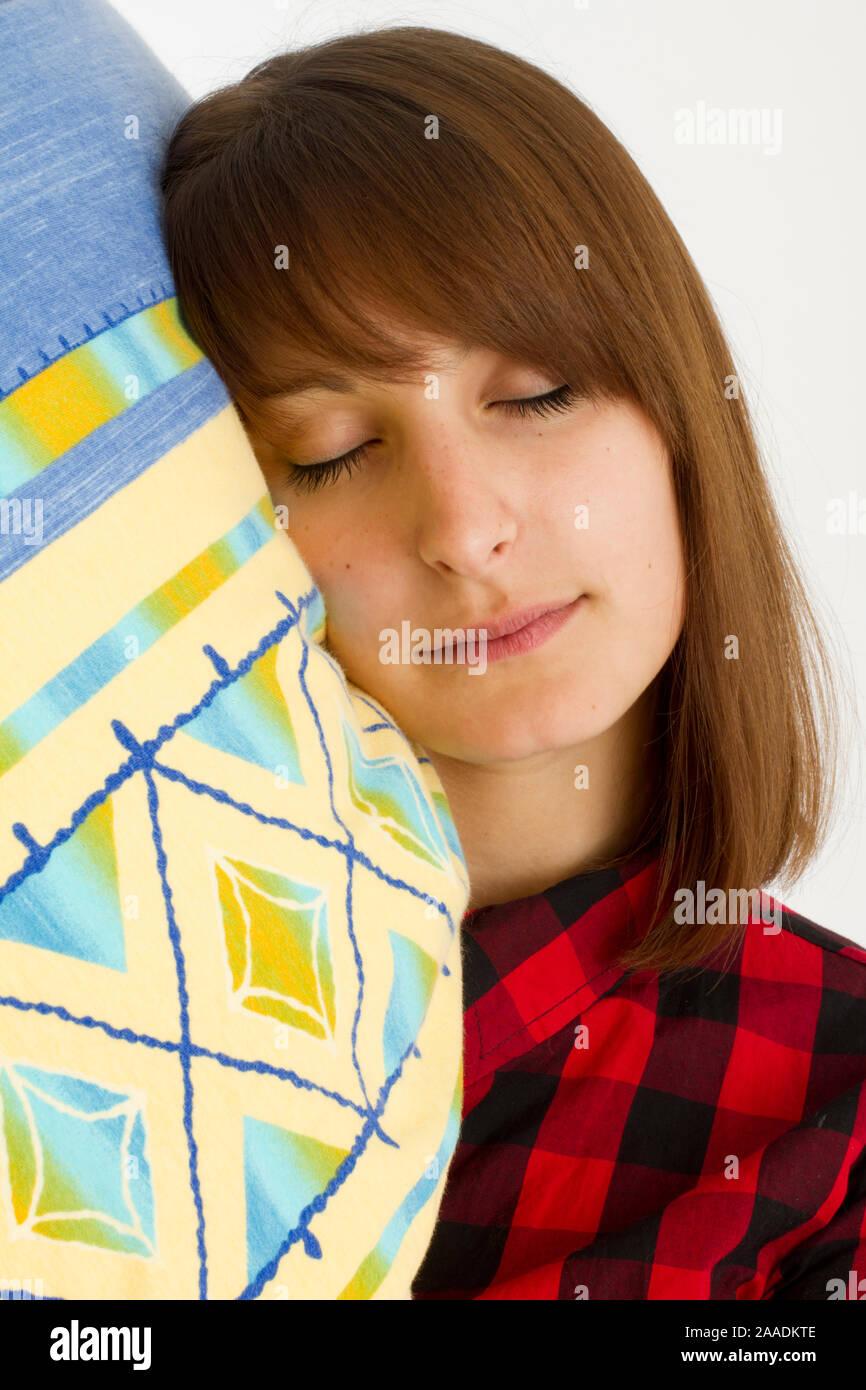 junge Frau mit Kopfkissen Stock Photo