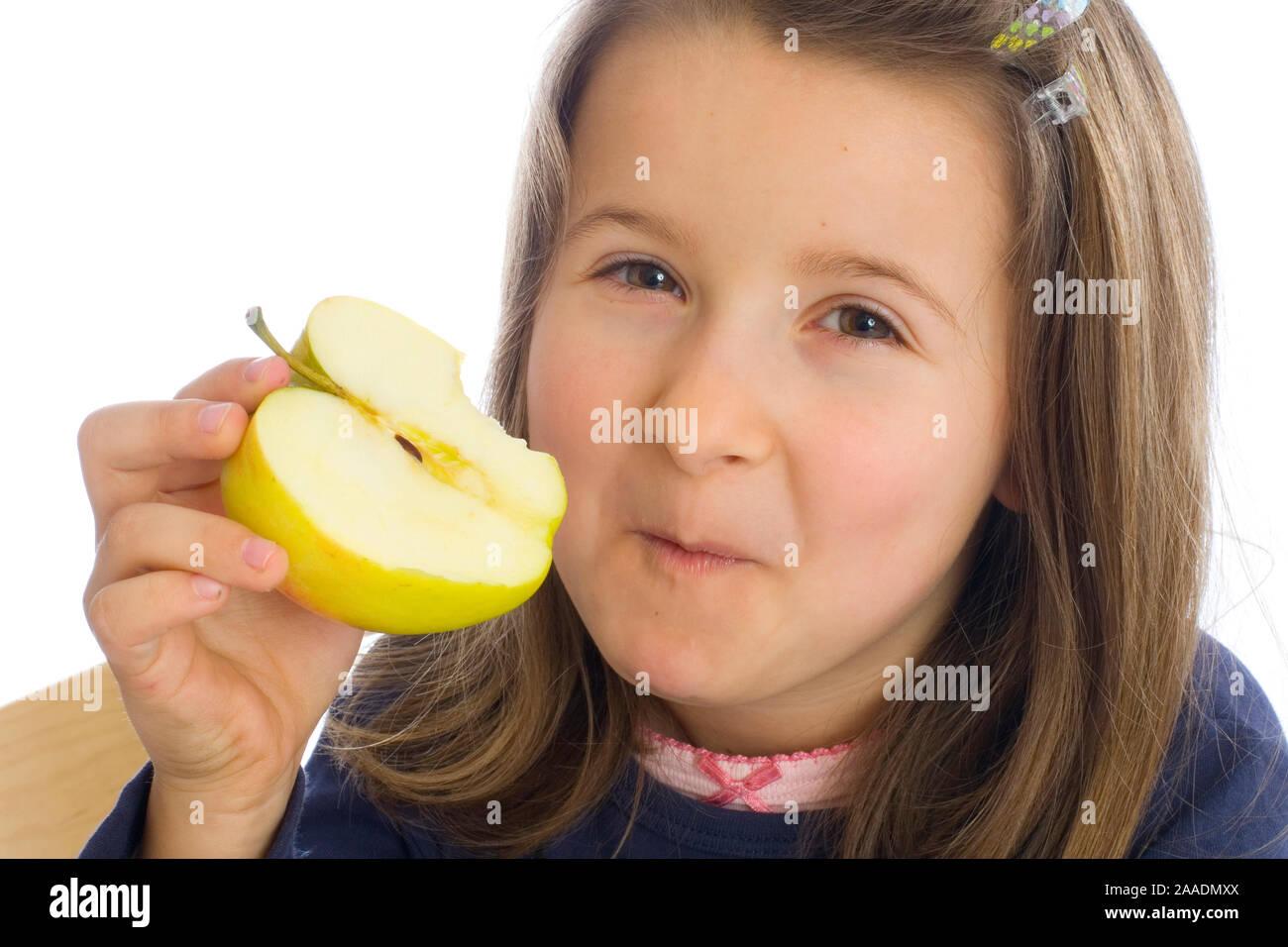 sechsjähriges Mädchen isst Apfel (mr) Stock Photo