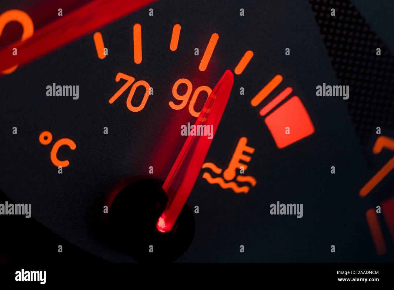 Wassertemperaturanzeige eines Peugeot 206 CC (no pr) Stock Photo