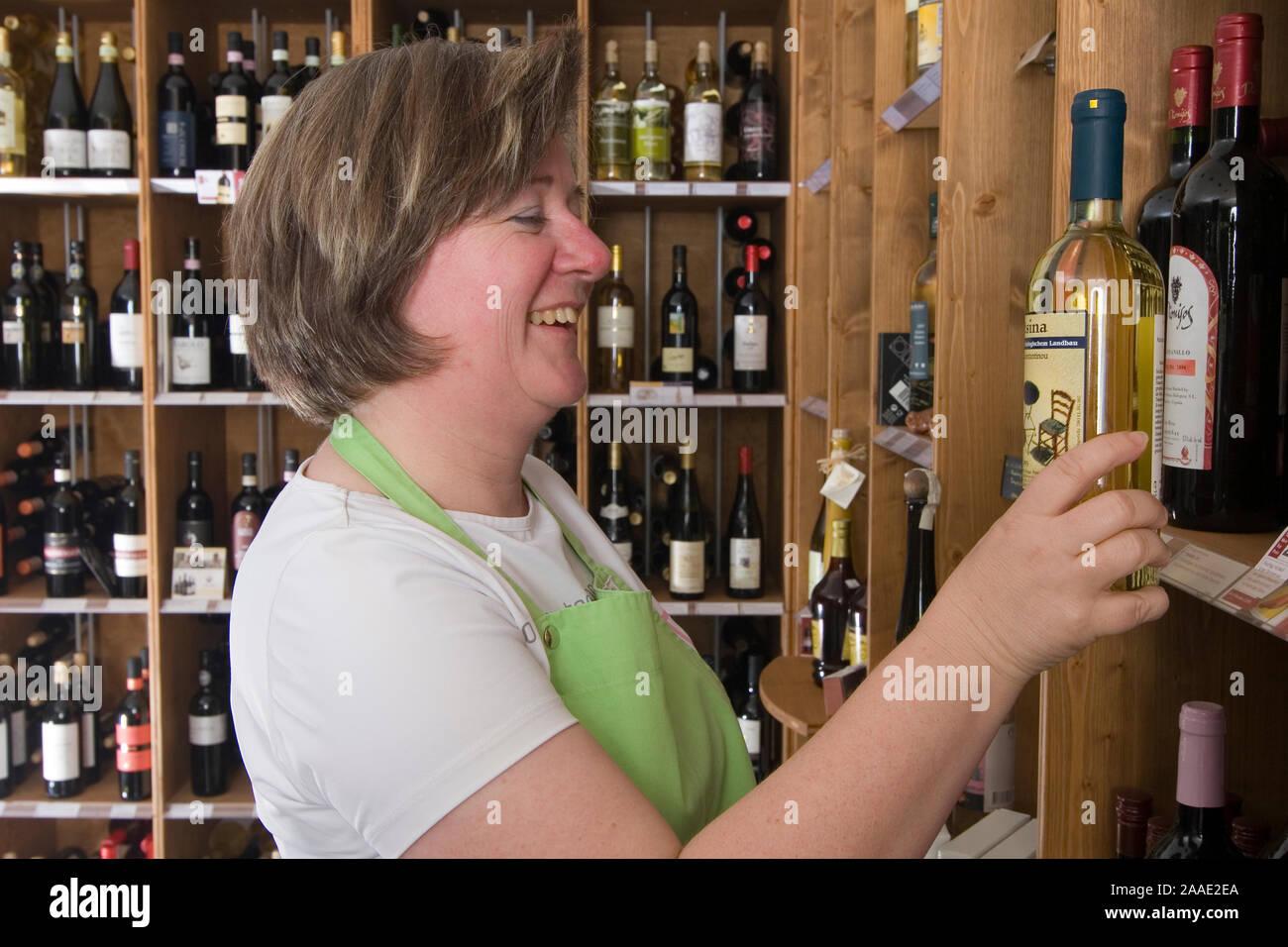 Einzelhandelsverkäuferin prüft Wein (mr) Stock Photo