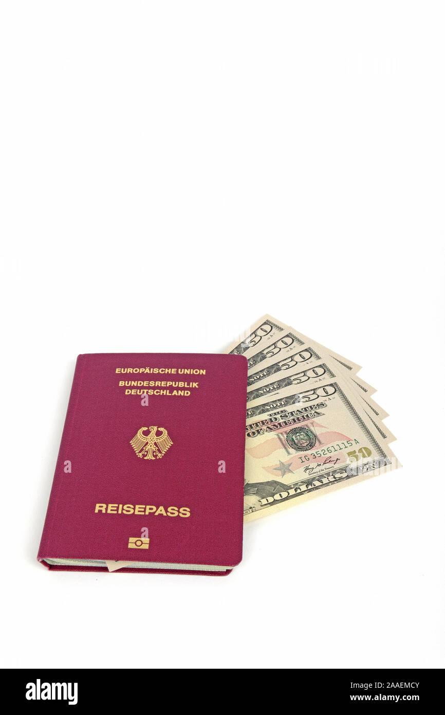 mehrere 50 Dollarscheine, Reisepass Bundesrepublik Deutschland, Symbolbild Reiseplanung Stock Photo