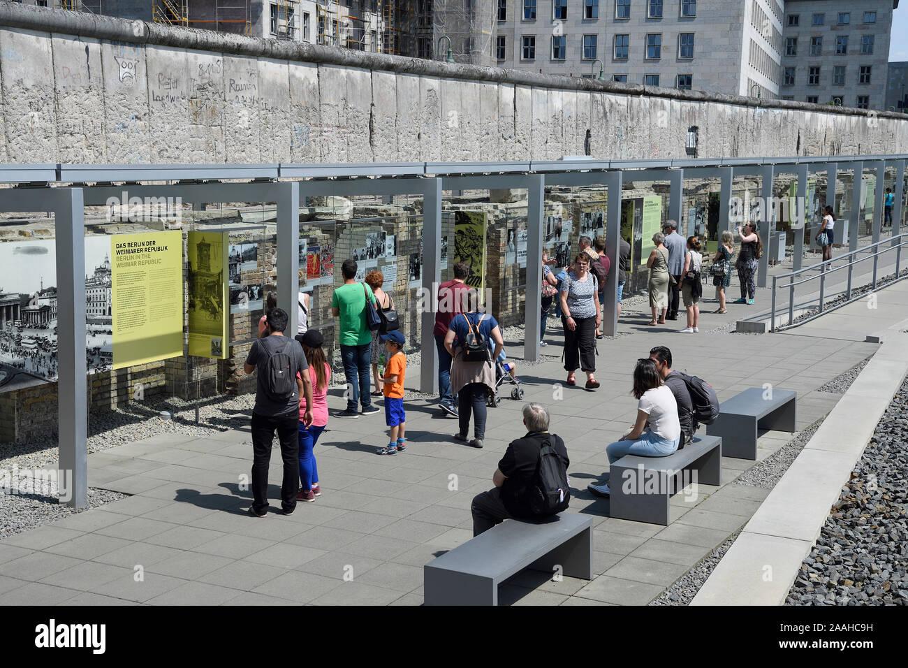Ehemaliges Gelände der Gestapo, der SS und des Reichssicherheitshauptamts, Ausstellung Topographie des Terrors, hinten Mauerreste und das Detlev-Rohwe Stock Photo
